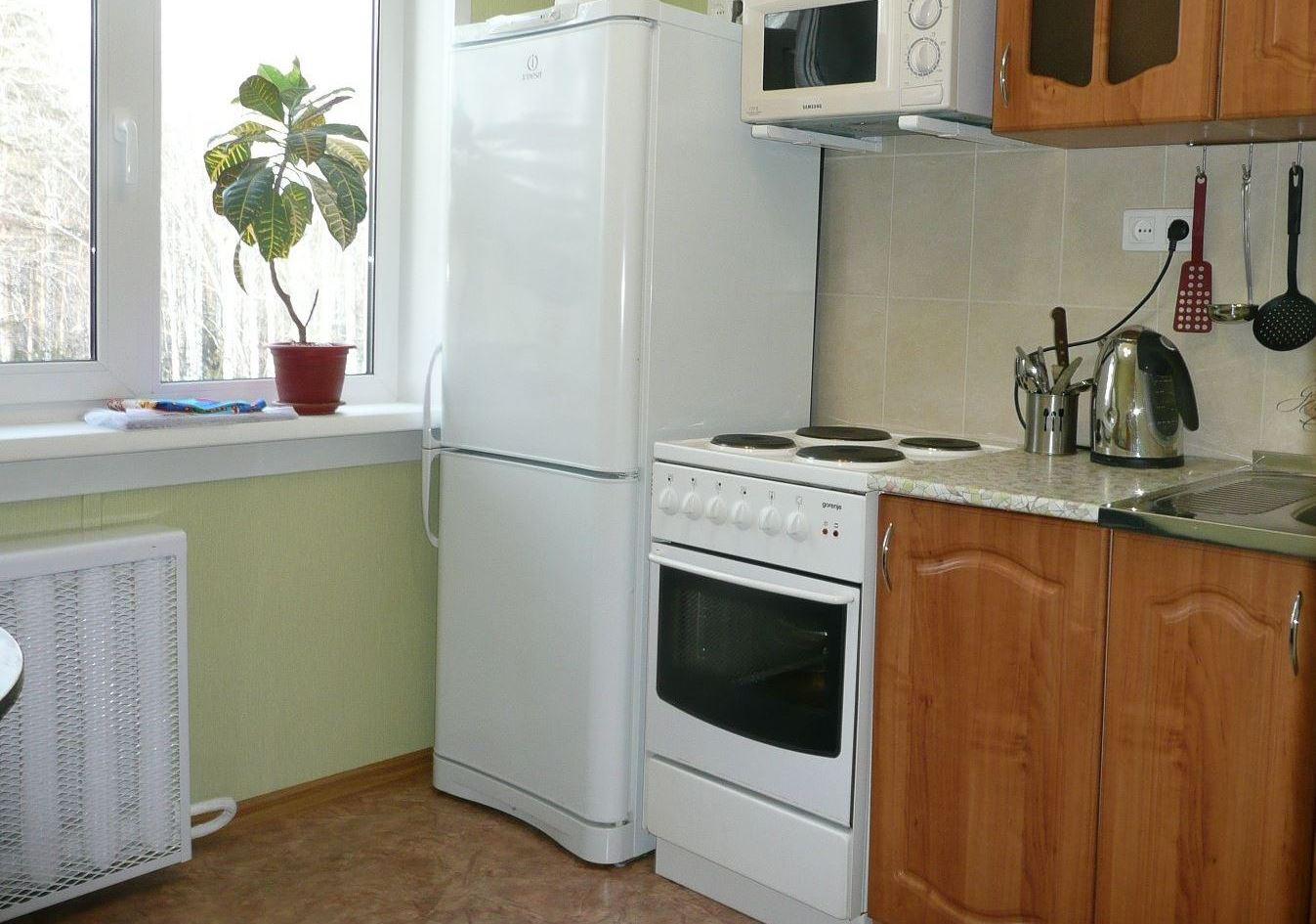 Можно ли ставить бытовой холодильник рядом с батареей отопления: необходимое расстояние, методы защиты с боковой стороной, советы специалистов