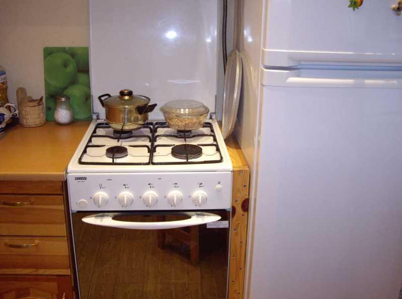 Можно ли ставить холодильник рядом с плитой: какое расстояние должно быть, как защитить