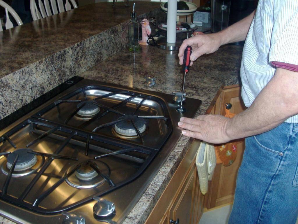 Действия если конфорка варочной панели коптит и травит газ