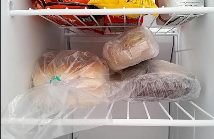 Как правильно хранить хлеб в холодильнике и морозилке.