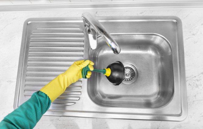 Почему у воды из крана появляется неприятный запах?