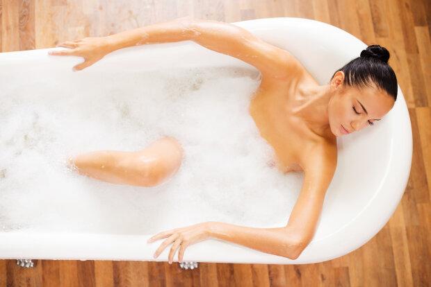 Можно ли купаться в горячей воде при месячных и беременным, почему нельзя, что будет, если нарушить запрет, как проводить купание ребенка