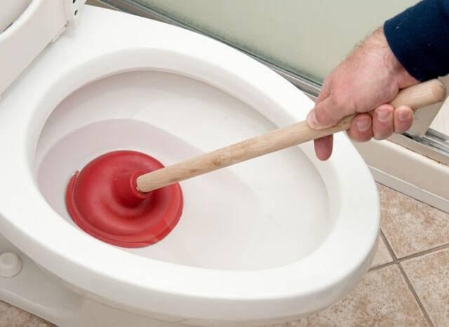 Как прочистить засор в ванной - тросом, вантузом, народные средства