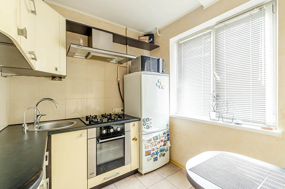 Можно ли ставить холодильник рядом с плитой на кухне (электрической, газовой): минимальное расстояние, методы защиты, советы и рекомендации