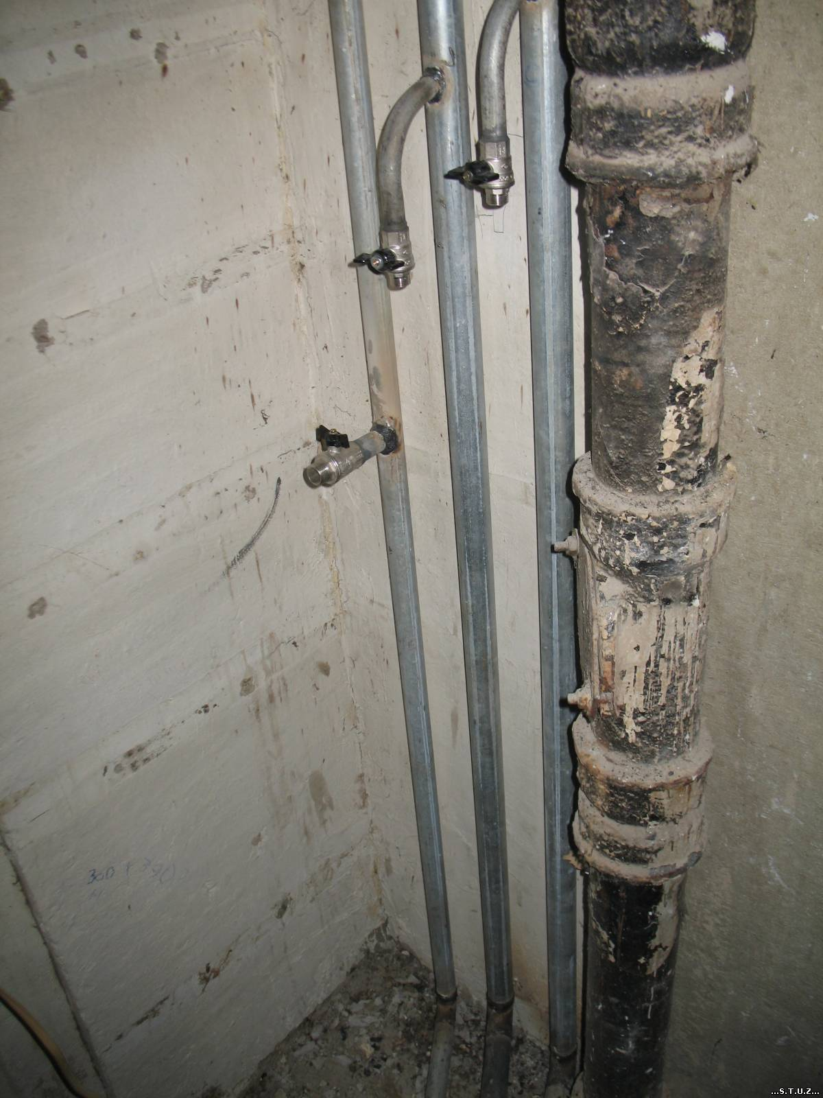 Замена стояков канализации и водоснабжения в квартире, в том числе на кухне и в туалете, и кто должен проводить ремонт по законодательству в многоквартирном доме?
