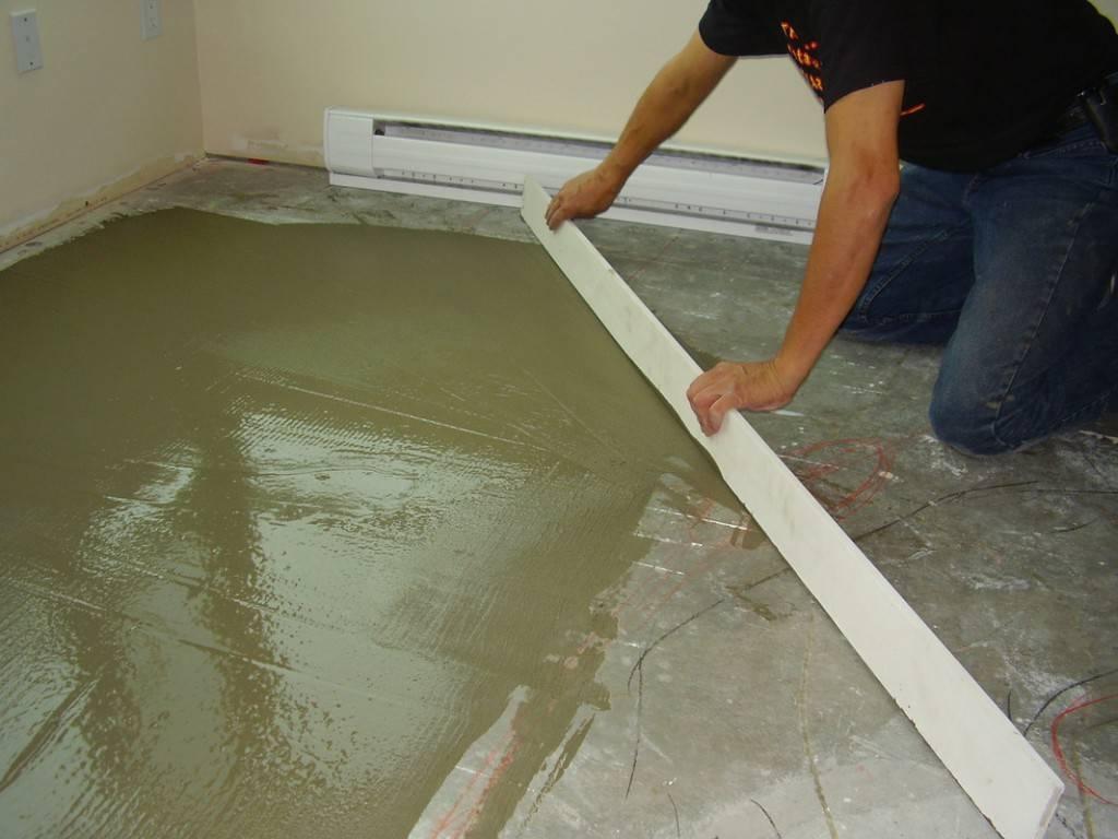 Как выровнять бетонный пол: чем можно выровнять, жидкое покрытие для выравнивания в квартире, как ровно залить бетоном напольную конструкцию, смесь и шпаклевка