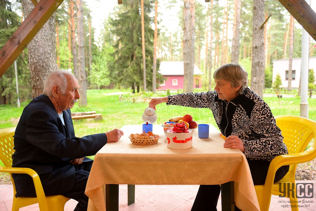 Уход за пожилыми людьми: сравниваем услуги сиделки и вариант пансионата