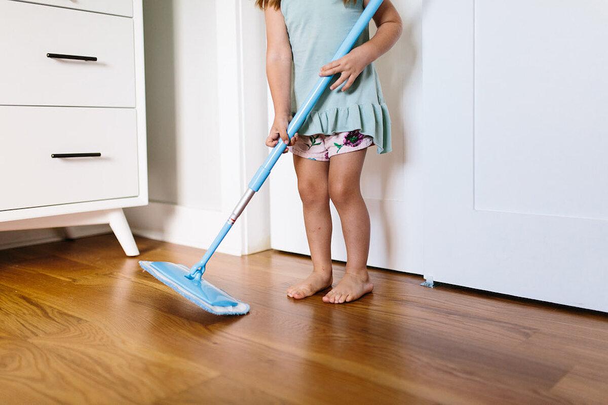 В какие дни можно убираться, мыть полы дома: приметы по дням недели