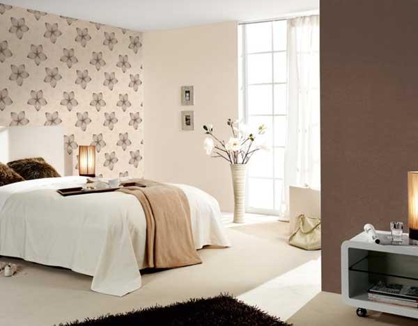 Как поклеить обои в спальне двух видов: фото интерьеров и этапы оформления стен