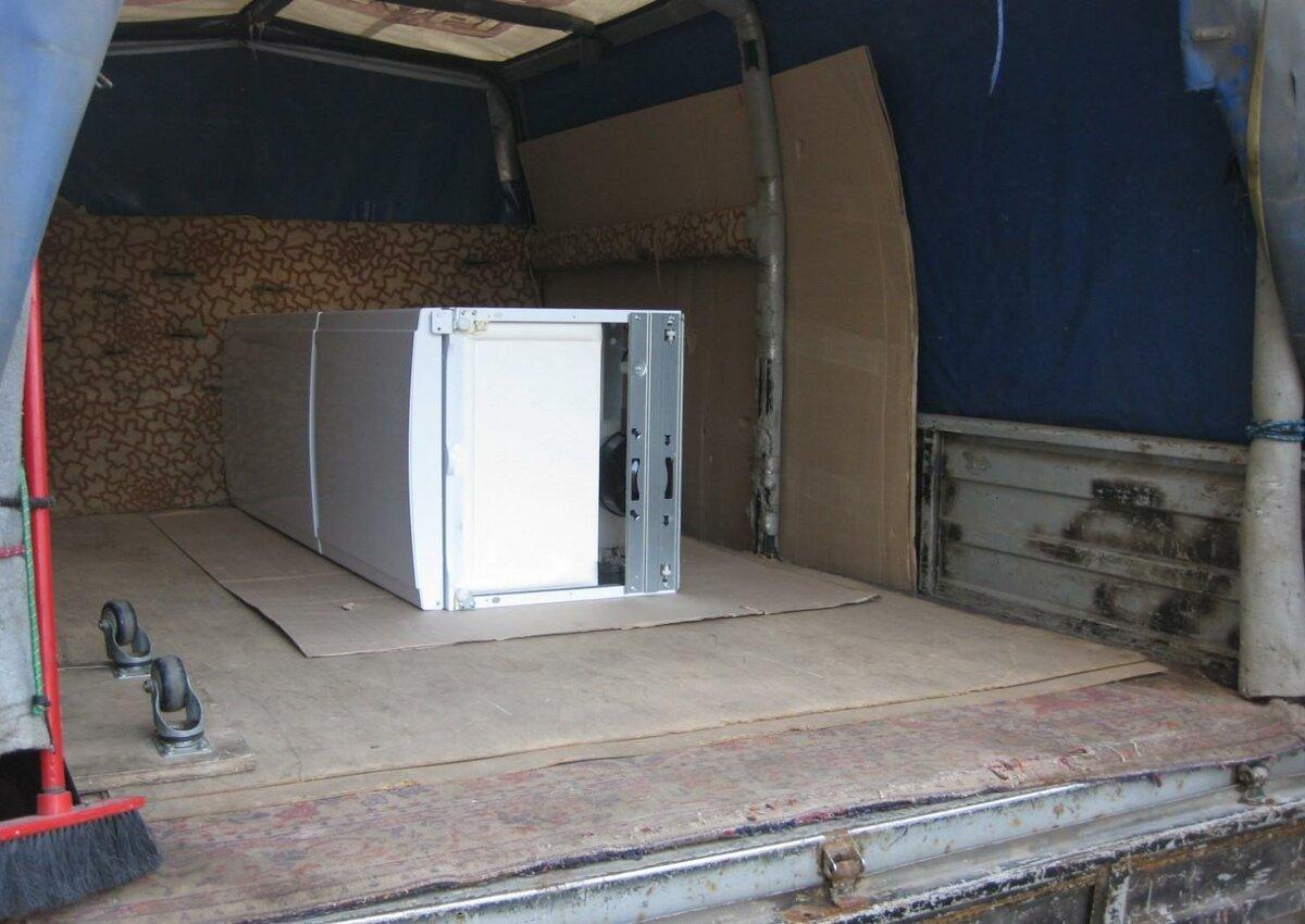 Можно ли холодильник перевозить лежа, когда и почему нельзя в машине на боку в горизонтальном положении, как правильно крепить при переезде стоя?