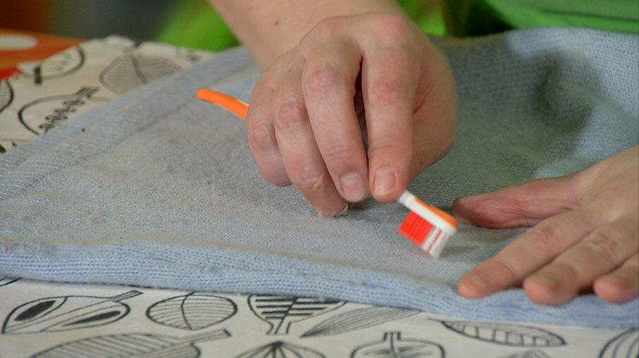 Как избавиться от катышков на одежде и не повредить ткань