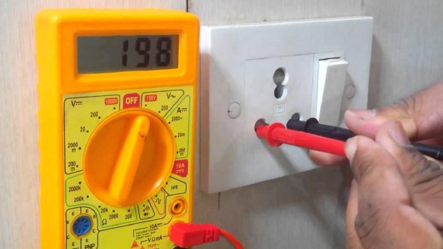 Как правильно измерить напряжение мультиметром в розетке