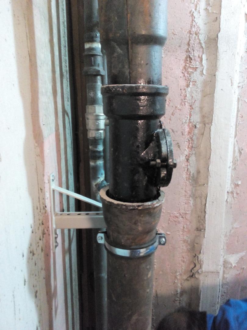 Как заменить чугунную канализационную трубу на пластиковую