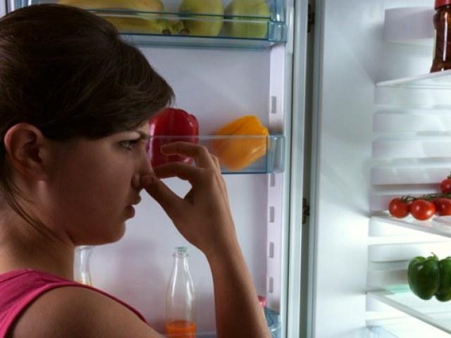 Запах в холодильнике: как избавиться быстро?