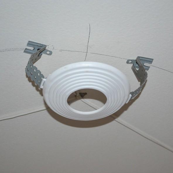 4 простых шага, как самому поменять люстру на натяжном потолке