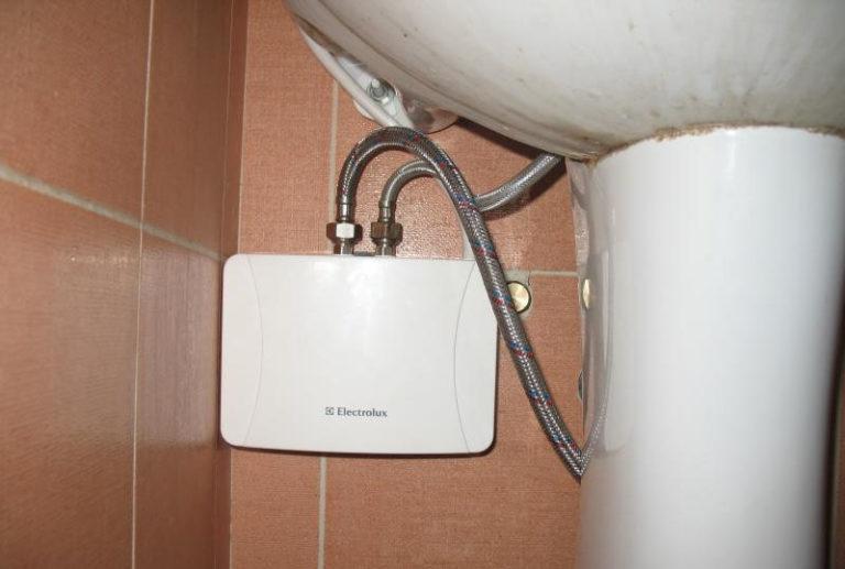 Установка водонагревателя своими руками: проточного и накопительного