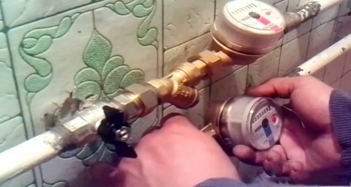 Почему крутит счетчик воды при выключенном кране