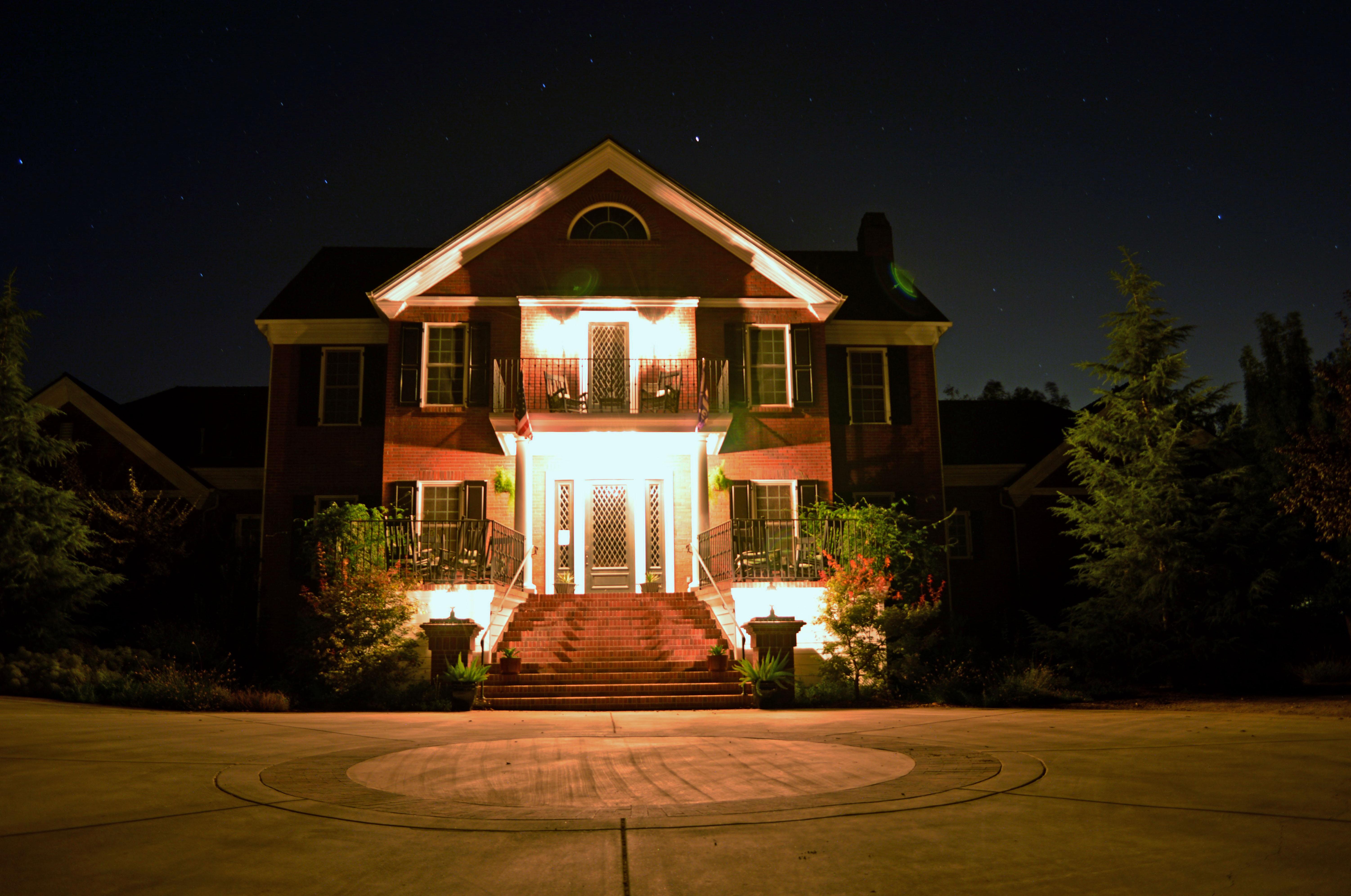 Современное фасадное освещение дома - выбор проекта, оценка эффективности схемы освещения и монтаж системы освещения своими руками (120 фото и видео)