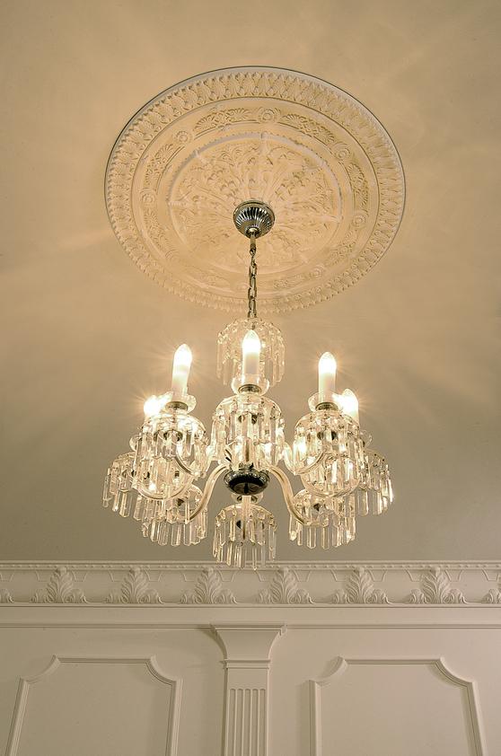 Идеи декора своими руками в квартире и потолочная розетка для люстры