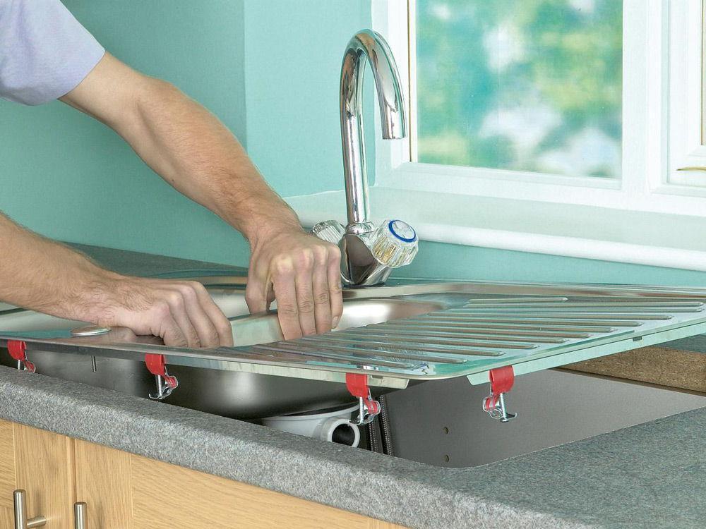 Установка мойки на кухне – своими руками, надежно и прочно