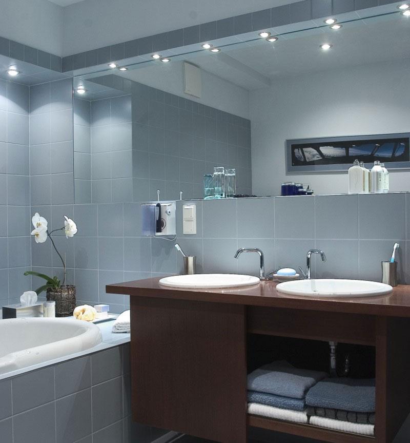 Влагостойкие светодиодные бра, встроенные светильники или споты для ванной комнаты: схема крепления и расположения на потолке и стенах