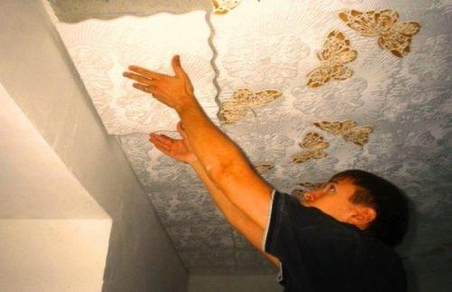 Как клеить потолочную плитку из пенопласта: разные способы