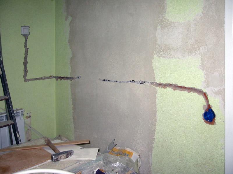 Этапы и особенности замены электропроводки в квартире без штробления стен