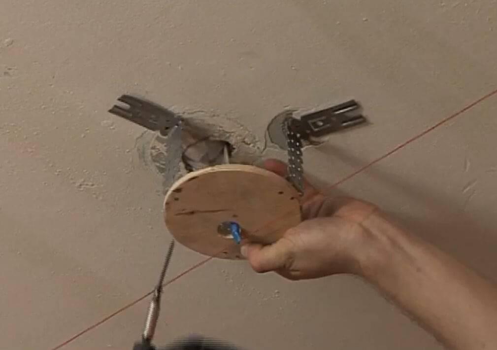 Практические советы, как повесить люстру на натяжной потолок