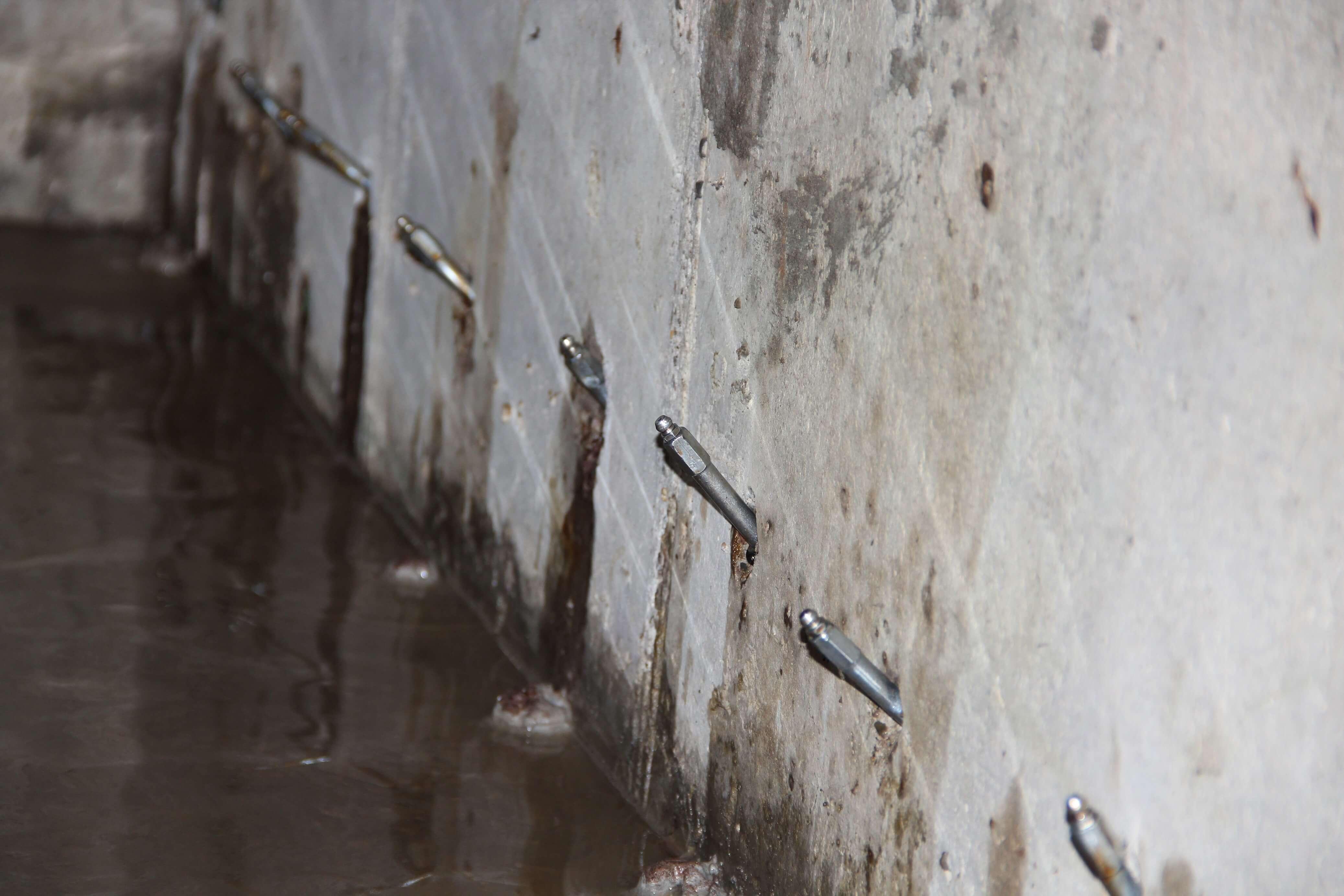 Инъектирование бетона и заделка трещин инъектором