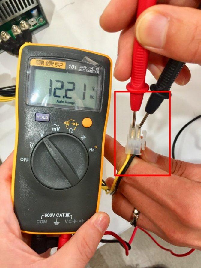 Как измерить напряжение в розетке мультиметром