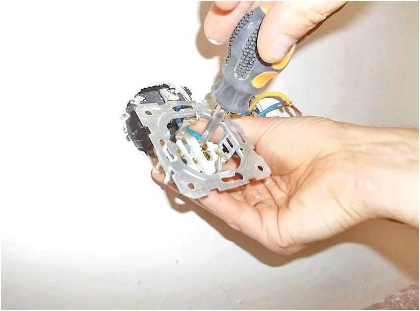 Почему плавится электрическая розетка и как устранить неполадки