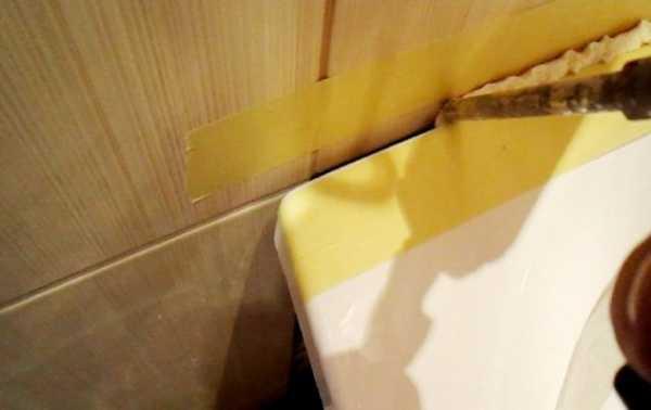 Как заделать щель между ванной и стеной: решение проблемы стыка