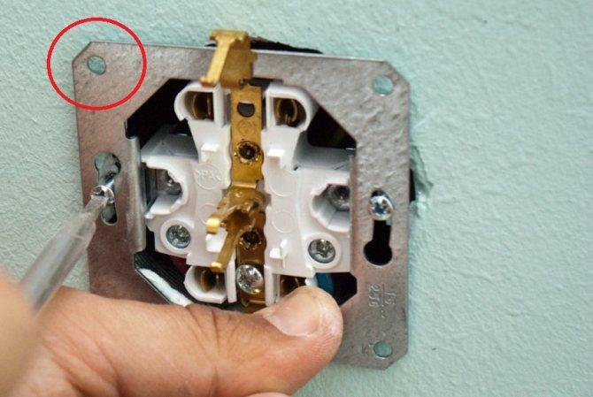 Как починить розетку если она выпала из стены
