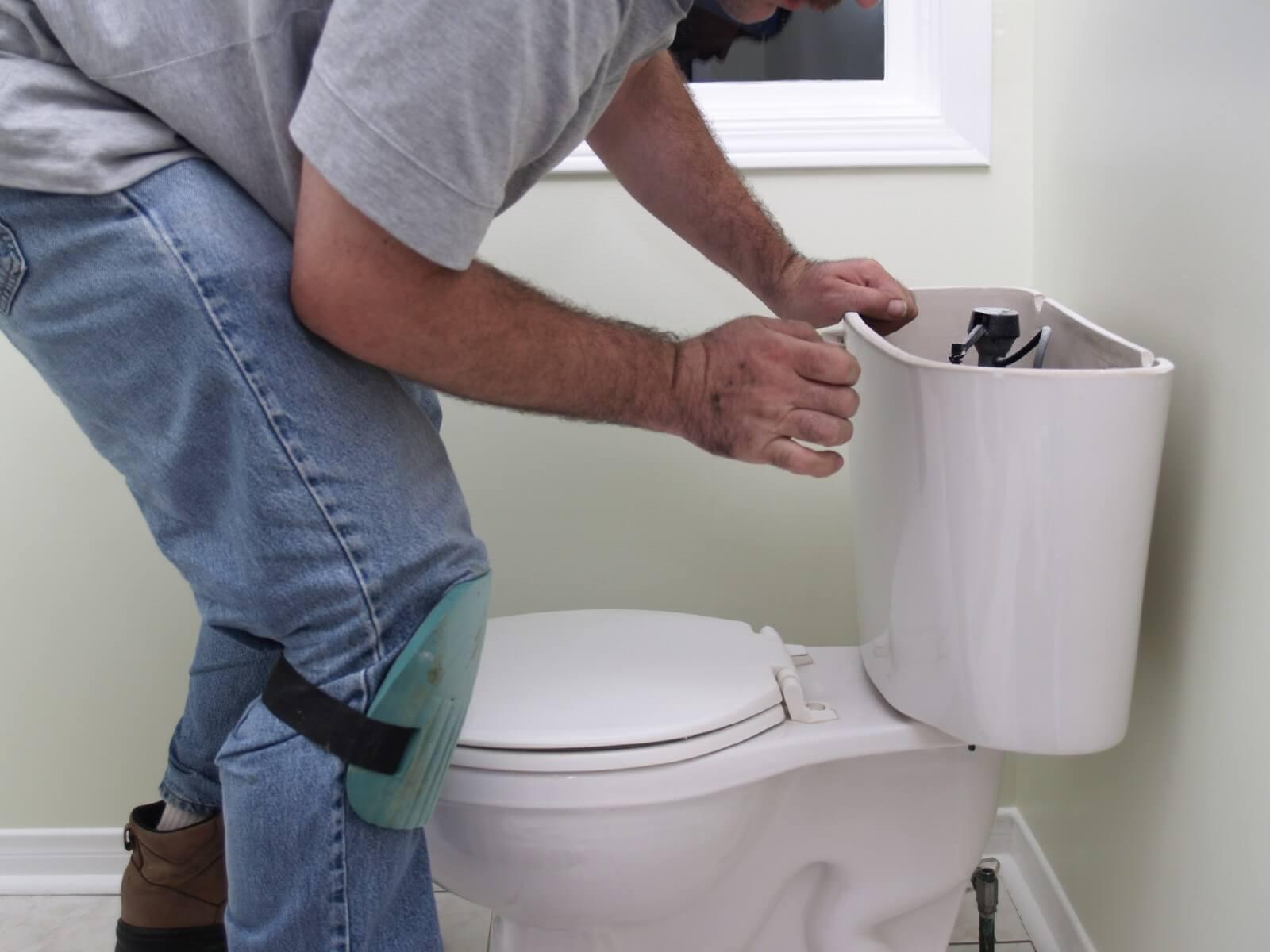 Протекает бачок унитаза – ищем брешь и ремонтируем ее сами + видео