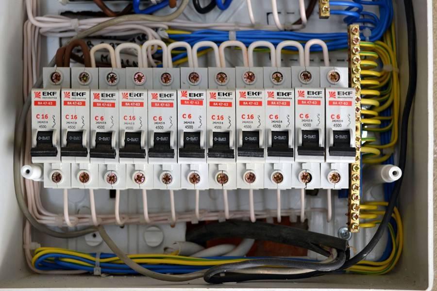 Щиток для автоматов и электросчётчика: конструкция, установка, сборка бокса и подключение электроэлементов - легкое дело