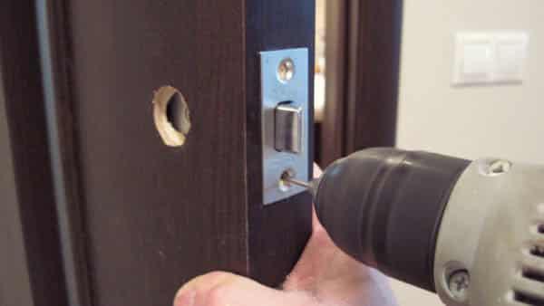 Как установить ручки-защелки в квартире на межкомнатные двери?