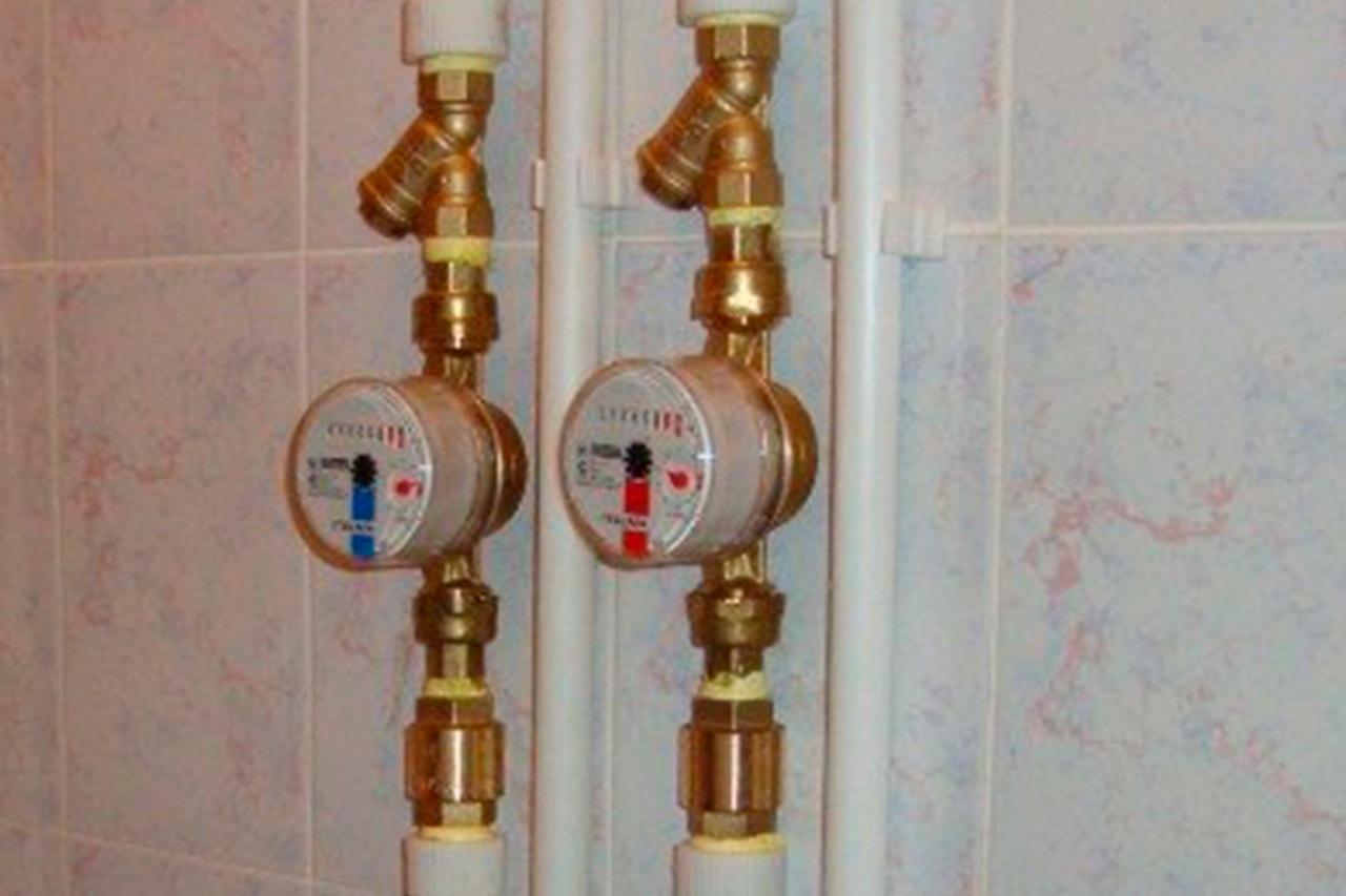 Установка счетчика воды своими руками в квартире или частном доме: как правильно осуществить монтаж самостоятельно, а также какие приборы выбрать для гвс и хвс