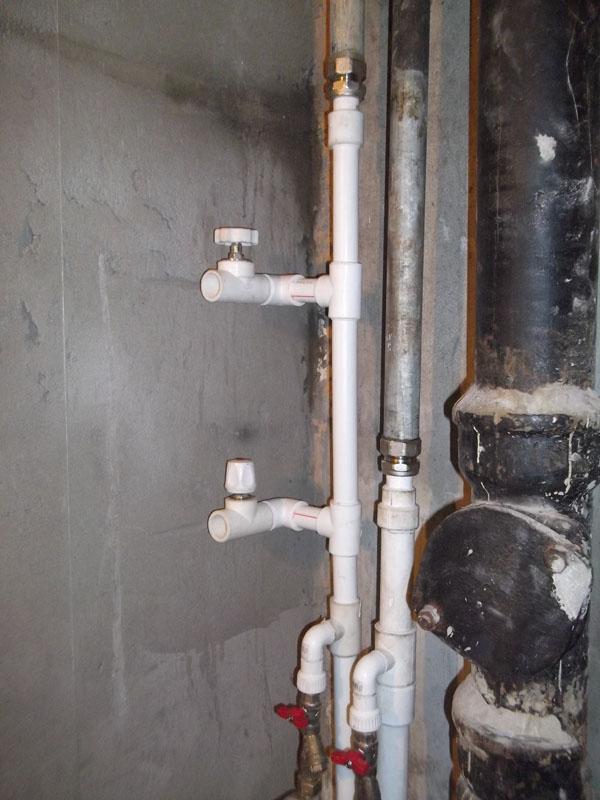 Течь в системе отопления и водопроводе: как остановить и чем заделать
