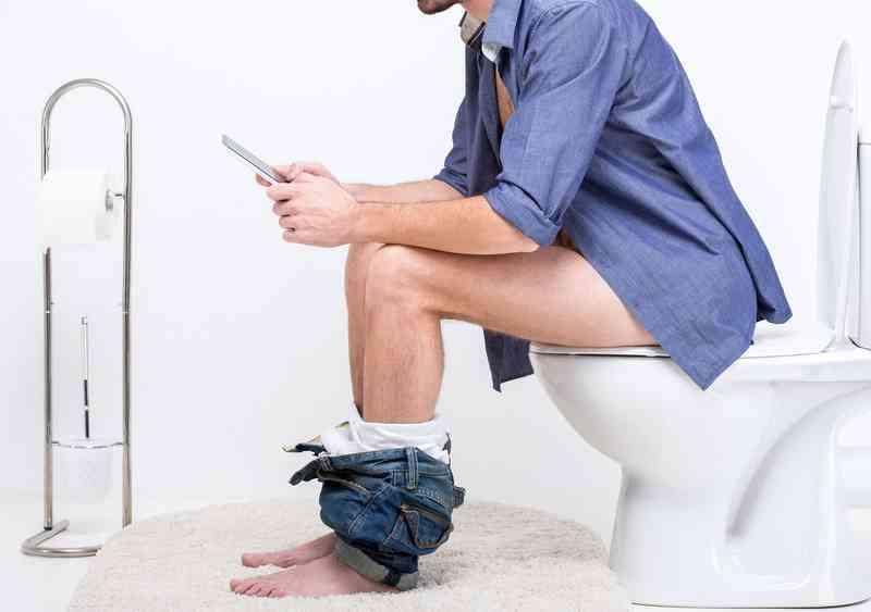 Почему вредно долго сидеть на унитазе? почему нельзя долго сидеть на унитазе мужчинам? последствия долгого сидения на унитазе у мужчин