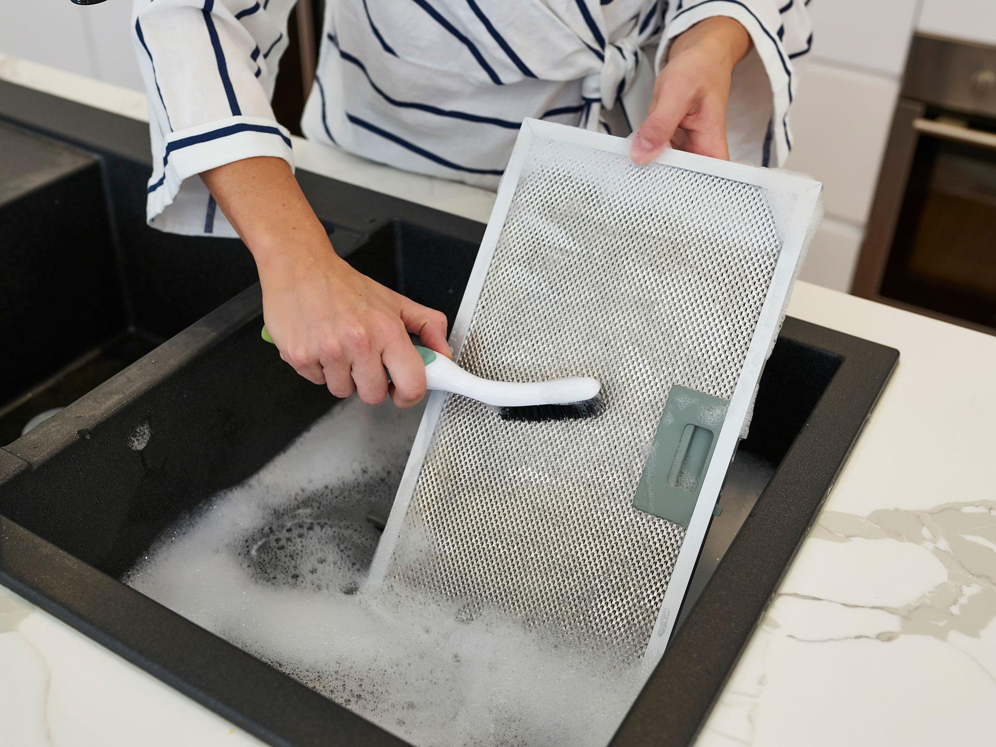 Как очистить кухонную вытяжку от жира