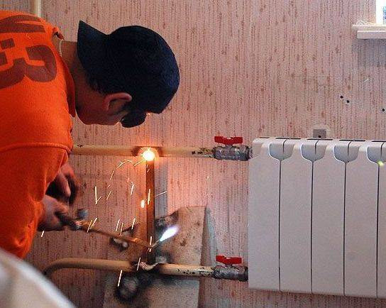 Замена радиаторов (батарей) отопления в квартире: газосварка своими руками