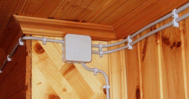 Электропроводка в деревянном доме своими руками: пошаговая инструкция по прокладке