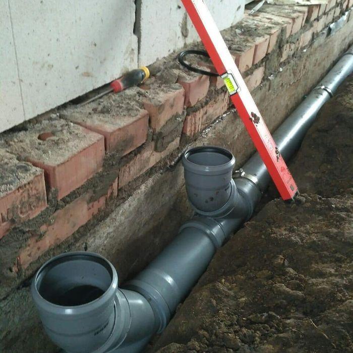 Укладка канализационных труб как укладывать в траншею, глубина укладки