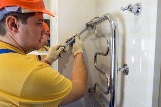 Как перенести полотенцесушитель в ванной на другую стену: все аспекты проведения работ