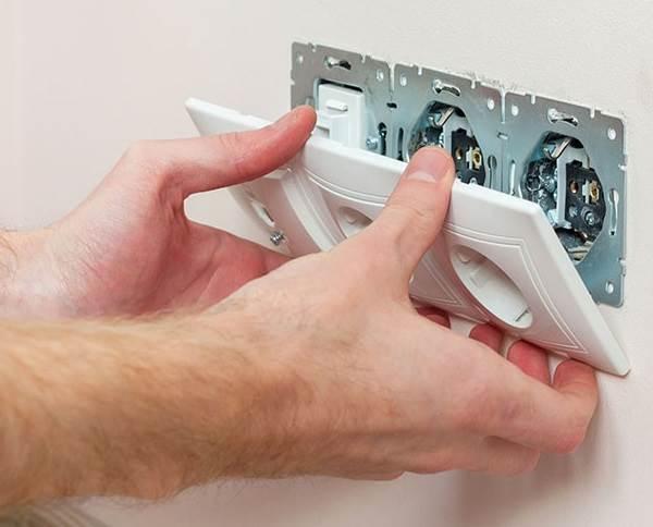 Как починить розетку, если она выпала, искрит или не работает