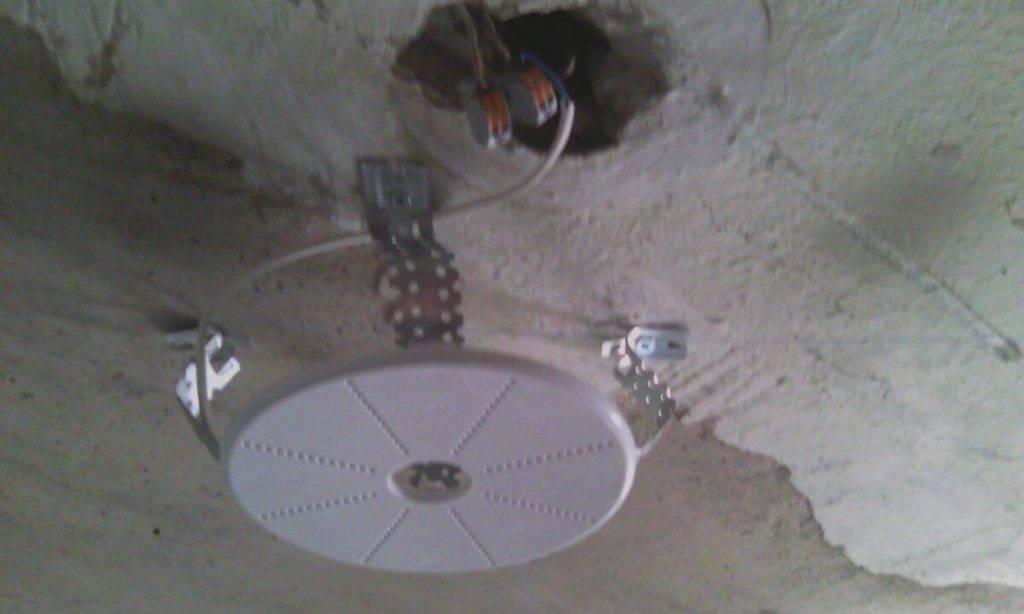 Установка и монтаж закладных площадок под люстру, светильники и карниз для натяжного потолка