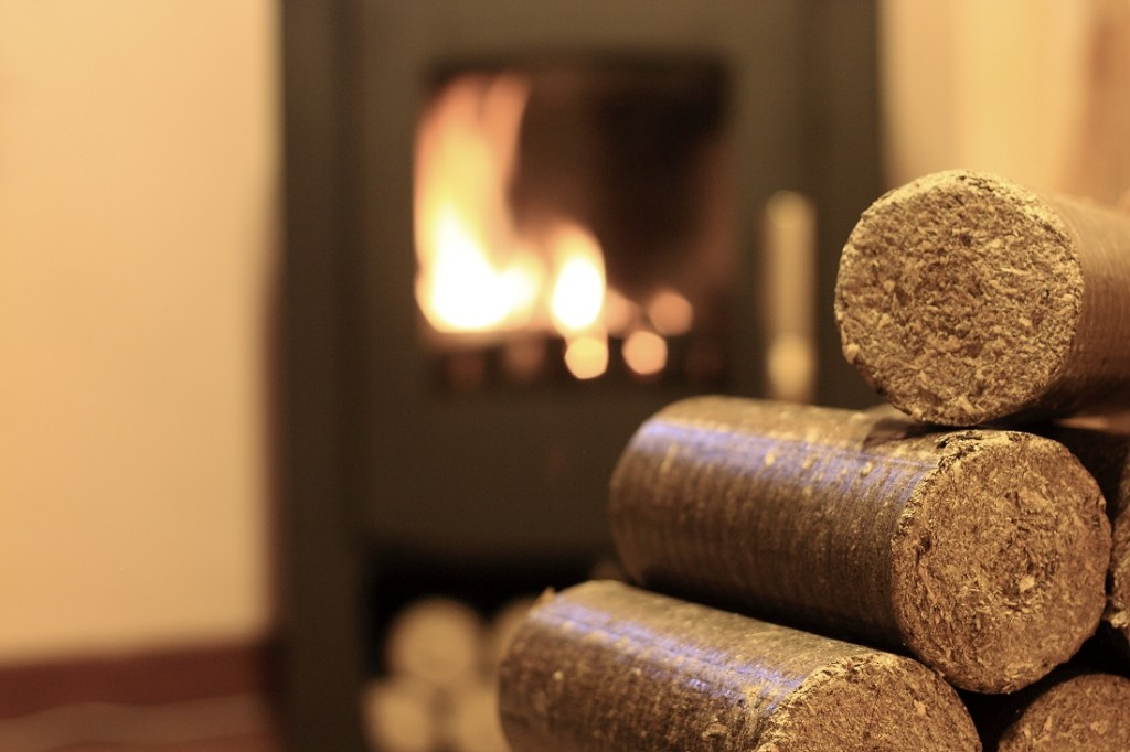 Где можно применить древесные опилки, учитывая их плотность, вес, влажность?