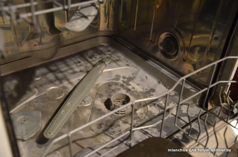 После мытья в посудомоечной машине на посуде белый налет: почему, причины, мясорубка покрылась темным, оставляет, мутная