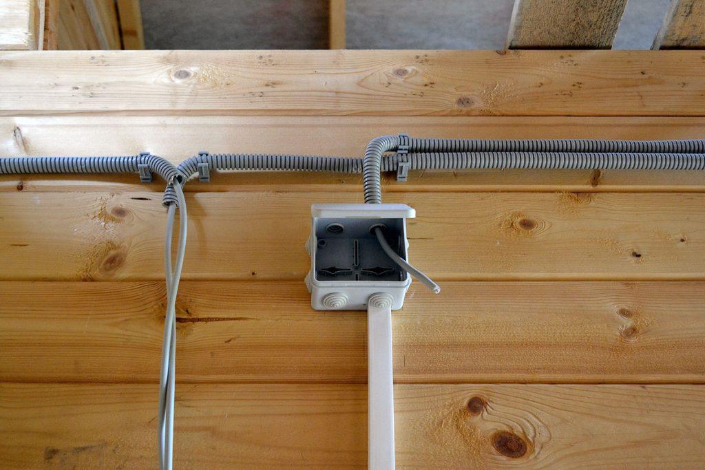 Электрика в деревянном доме: схемы проводки + правила монтажа