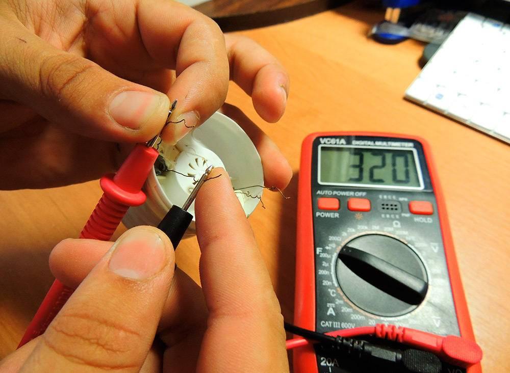 Как проверить конденсатор на работоспособность мультиметром и без прибора